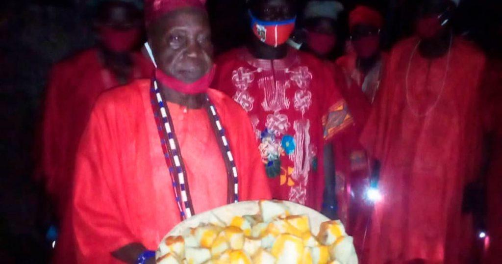 El Mogba Koso haciendo la ofrenda de ñame en el festival mundial de Shango 2020
