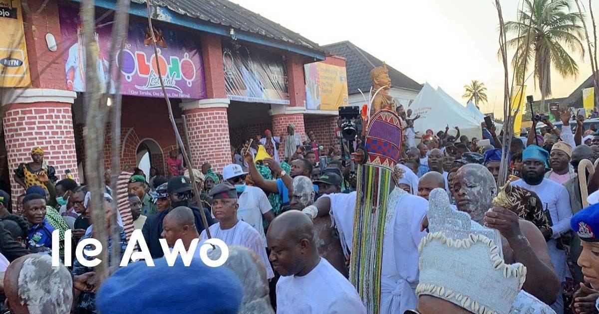 El Ooni de Ile Ife con la corona sagrada de Aare, durante el festival de Olojo